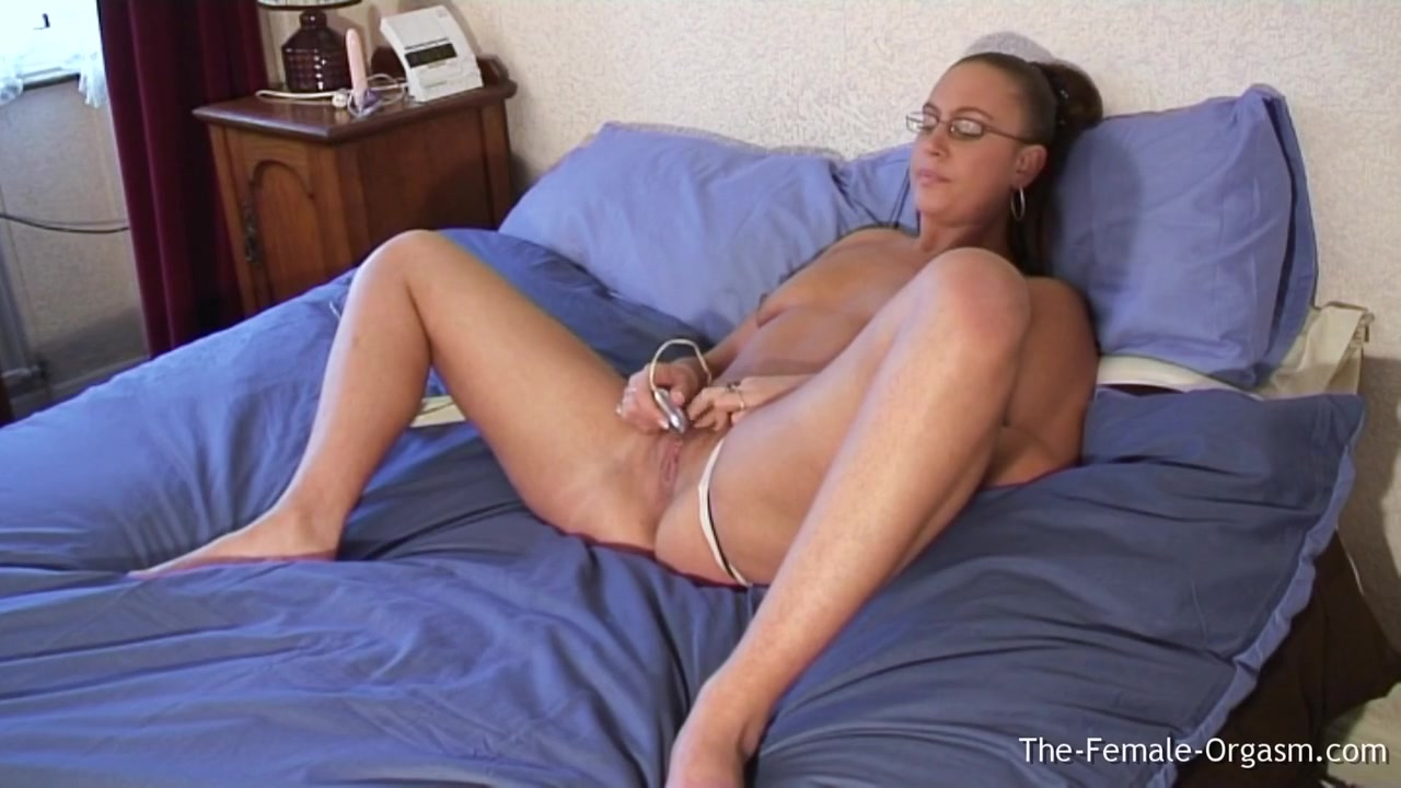 Emma Butt - Young Milf Masturbating To A Real Juicy Wet P...