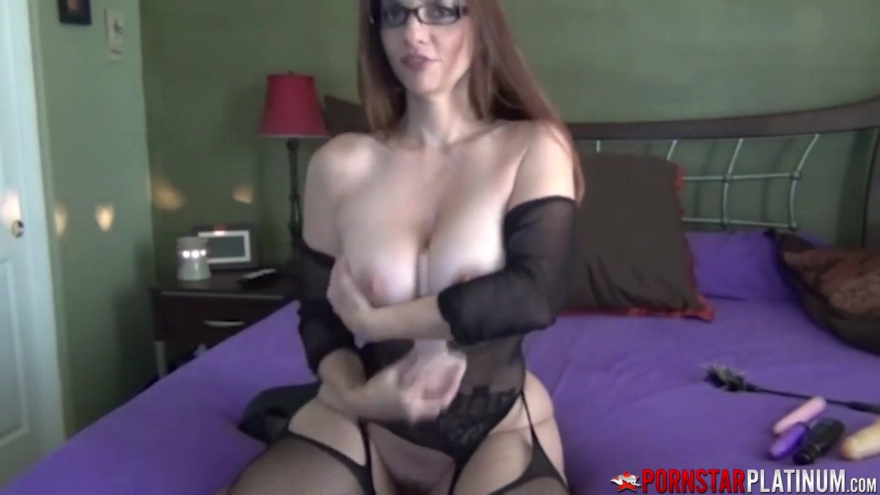 PORNSTARPLATINUM Busty MILF Mindi Mink Rubs Her Pussy Solo