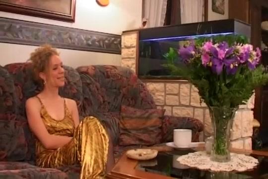 Femme mure baisée par le moniteur dans une twingo verte