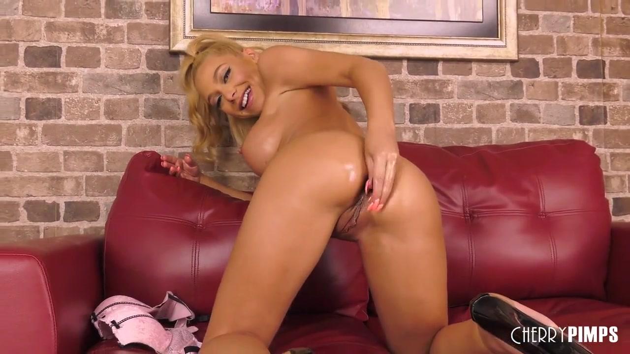 Big Tit Blonde Honey Blossom Buttplugs Her Ass And Fucks A Dildo