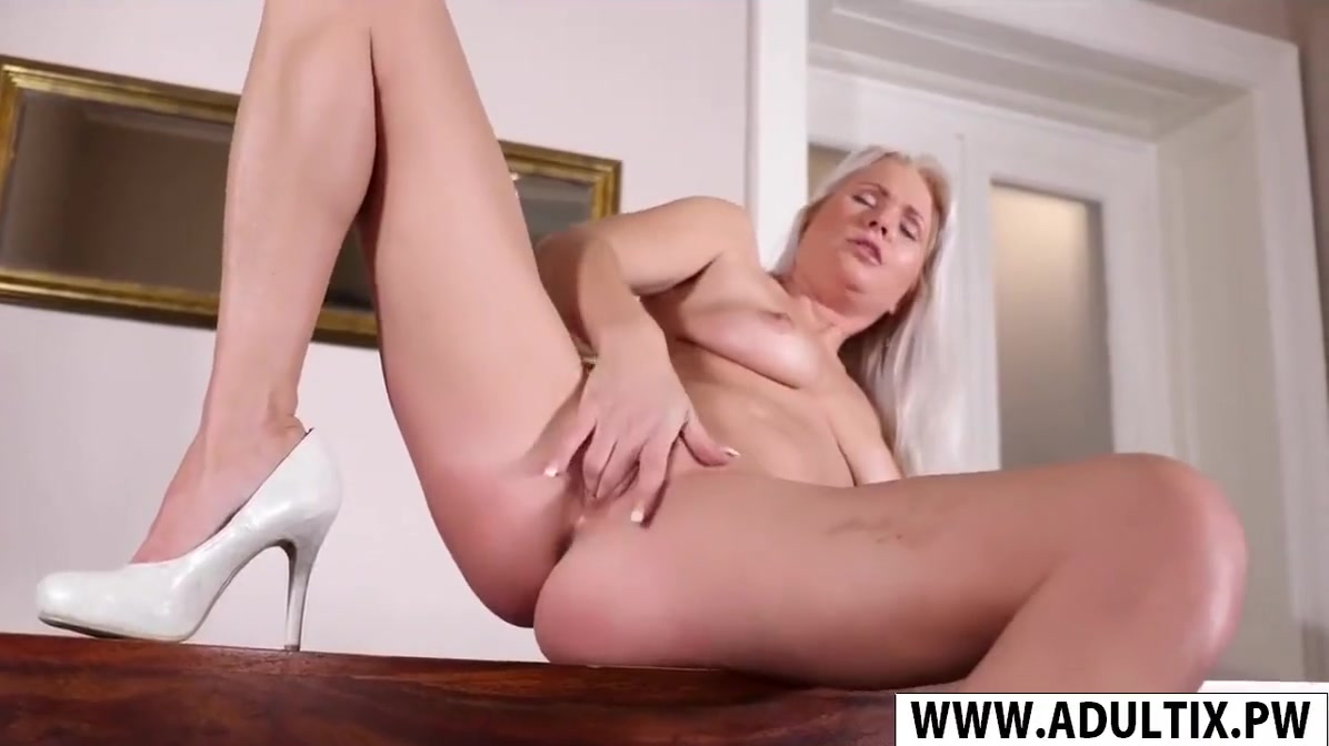 Nude Step-Mom Kathy Anderson Gives Blowjob Good Teen Son