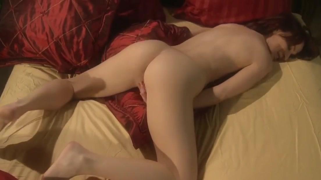 Sweet Anna Belle Lee likes to masturbate before falling asleep